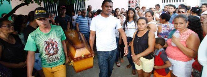 Cidade de Aliança faz cortejo para sepultar corpo de babá morta em acidente no Recife