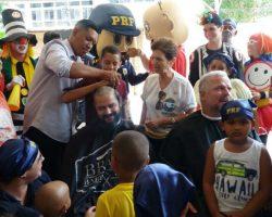 Policiais rodoviários raspam as cabeças em apoio a crianças com câncer