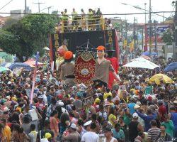 Camburão da Alegria anima foliões da polícia que trabalharam durante o carnaval