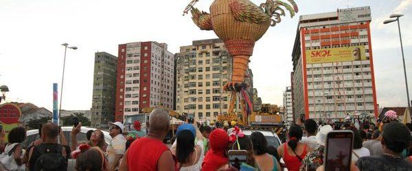 Com atraso de quase 12 horas, galo gigante fica de pé no Centro do Recife