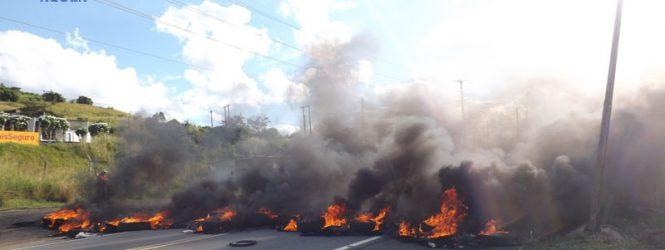 Caminhoneiros de Timbaúba protestam contra o aumento do preço do diesel; Os manifestantes queimaram pneus e interditaram a BR-408