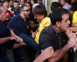 Jair Bolsonaro leva facada durante ato de campanha em Juiz de Fora