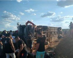 Motociclista morre e ônibus da banda 'Gatinha Manhosa' tomba em rodovia do Piauí
