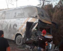 Acidente com ônibus de Jonas Esticado deixa três feridos