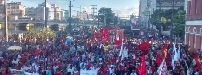 Manifestantes realizam ato no Recife a favor da educação e contra a Previdência