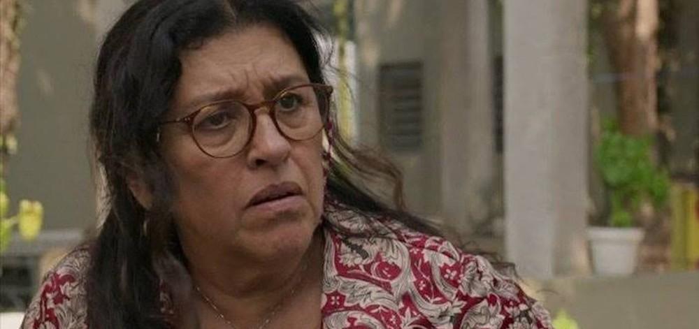 Foto da personagem Lurdes, interpretada pela atriz Regina Casé, da novela Amor de Mãe da Rede Globo