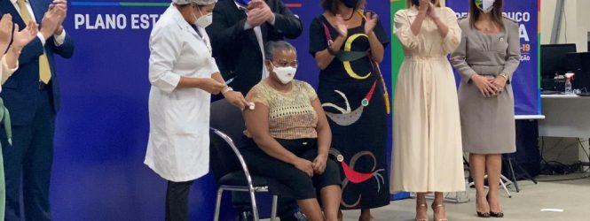 'É um momento histórico para mim e para todos', diz técnica de enfermagem que recebeu 1ª dose da vacina em Pernambuco